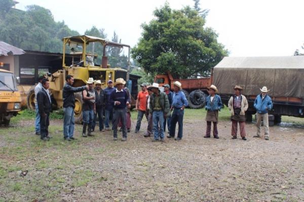 Empleados de Caminos de Sololá protestan por mal uso de maquinaria. (Foto Prensa Libre: Édgar René Sáenz).