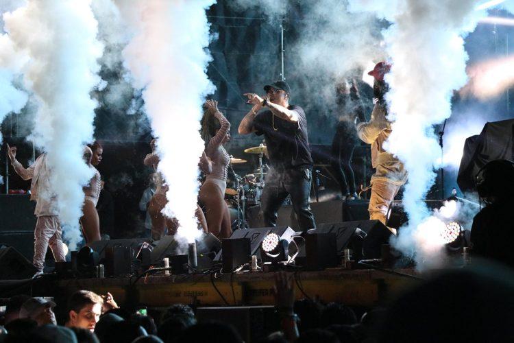 Wisin compartió el escenario con sus bailarines.