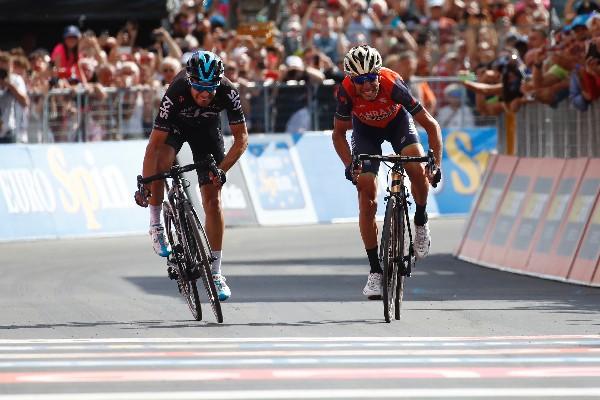 Vincenzo Nibali y el español Mikel Landa en el final de la etapa 16 de Giro de Italia. (Foto Prensa Libre: AFP).