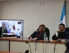 El abogado de la familia Molina Theissen presentó ante el tribunal la lista de peticiones de reparación. (Foto Prensa Libre: Paulo Raquec)