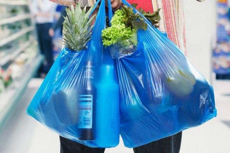 En algunos municipios se ha regularizado el uso de bolsas plásticas para evitar su impacto dañino en el medio ambiente. (Foto Prensa Libre: Hemeroteca PL).