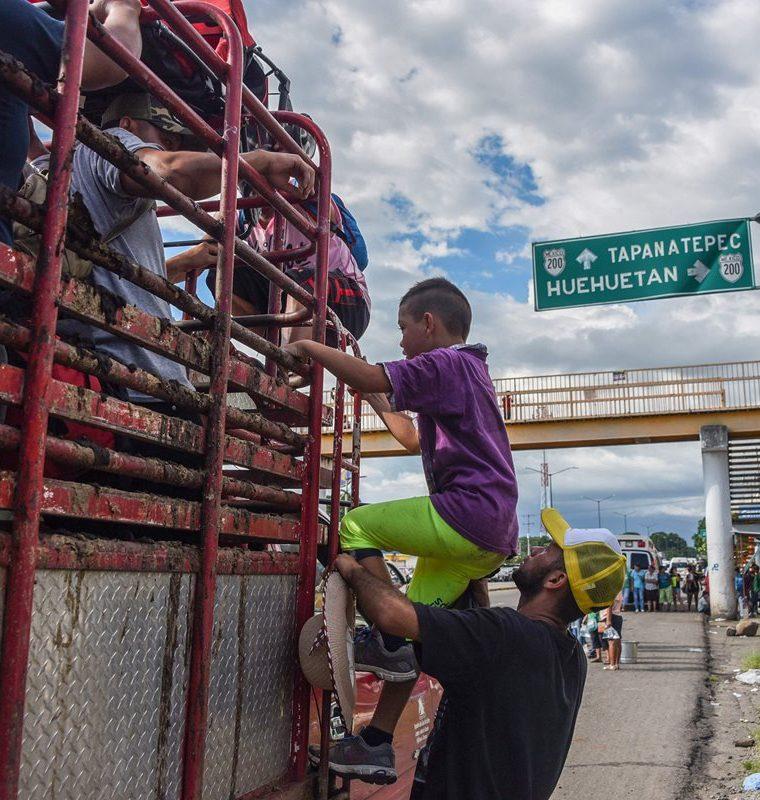 Hondureños viajan a través de cualquier medio para acortar distancia hacia EE. UU.. (Foto Prensa Libre: AFP)