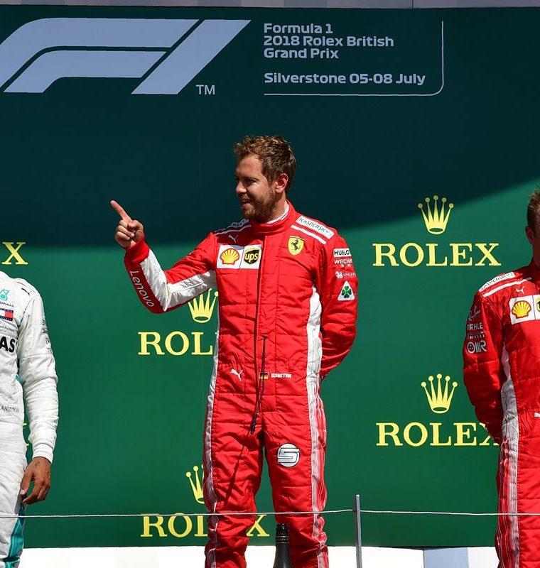 Lewis Hamilton visiblemente molesto durante la premiación en el Gran Premio de Gran Bretaña. (Foto Prensa Libre: AFP)