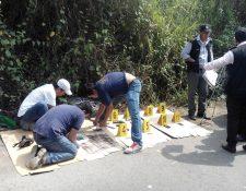 Investigadores cuentan dinero incautado en Cuyotenango. (Foto Prensa Libre: Melvin Popá).