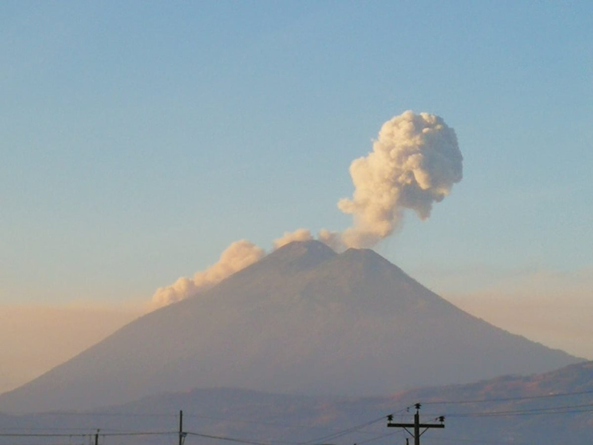 Las fumarolas del Volcán de Fuego son visibles a más de 50 kilómetros de distancia. (Foto Prensa Libre: César Pérez Marroquín)