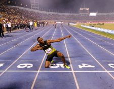 Usain Bolt se despidió de sus compatriotas con su tradicional festejo. (Foto Prensa Libre: AFP)