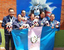 Los tiradores guatemaltecos en las ramas femenina y masculina, que conquistaron el oro este jueves. (Foto Prensa Libre: Carlos Vicente)