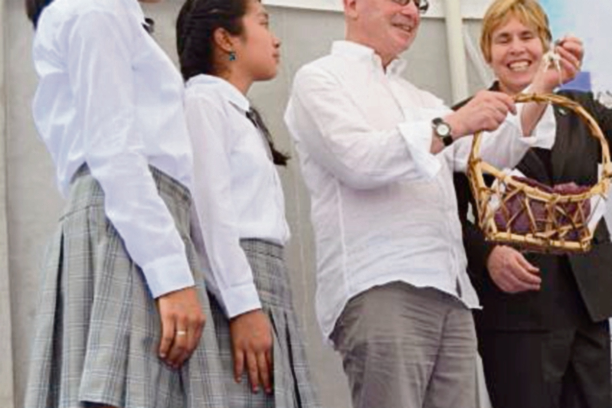 Tony Aspler, de Canadá, entrega llaves a jóvenes. (Foto Prensa Libre: Édgar Girón)
