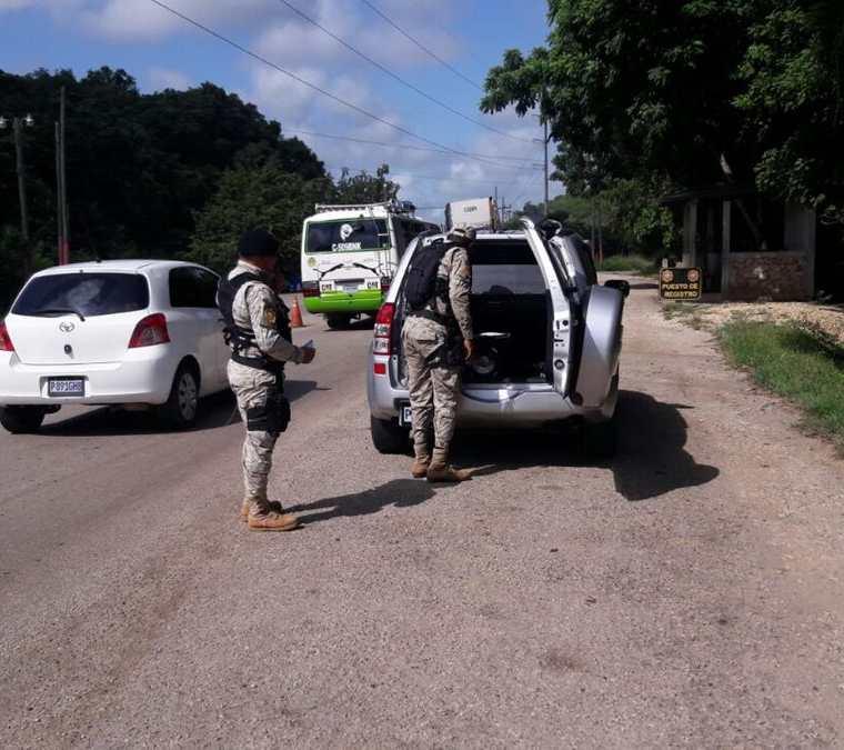 Agentes de la Diprona montan operativos contra el tráfico de animales silvestres, en Petén. (Foto Prensa Libre: Rigoberto Escobar)