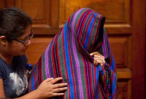 Una mujer indígena Ixil, se tapa la cara antes de testificar en el juicio por genocidio. (Foto Prensa Libre: AP)
