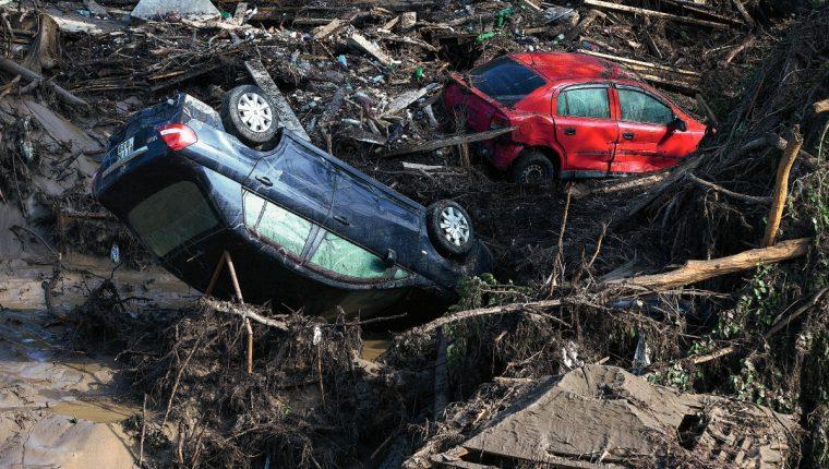 Varios vehículos se ven entre el barro en una zona inundada en Tbilisi, Georgia (Foto Prensa Libre:AP)