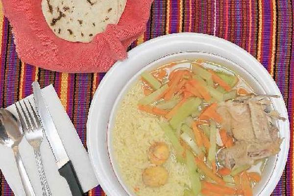 El caldo de gallina también es un platillo que suelen degustar con regularidad los guatemaltecos. (Foto Prensa Libre: Óscar García)