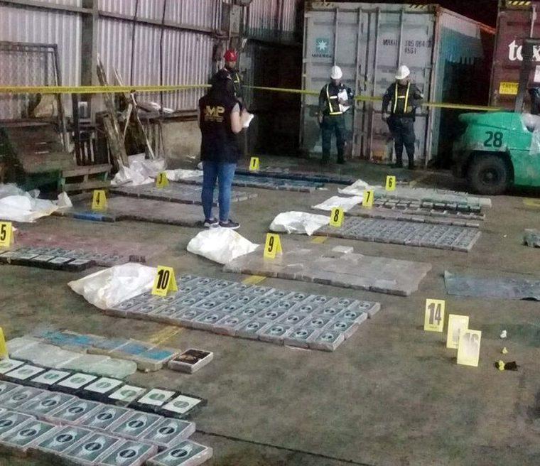 Fiscales del Ministerio Público inspeccionan los paquetes con droga incautados. (Foto Prensa Libre: Dony Stewart)