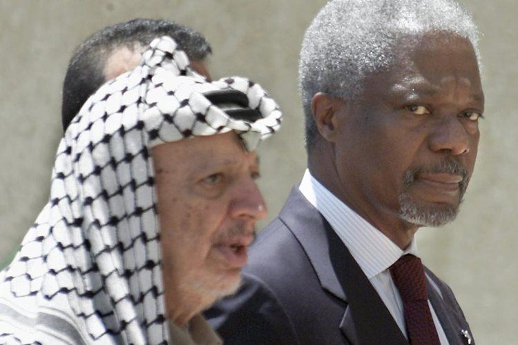 El líder palestino Yasser Arafat, junto al Secretario General de Naciones Unidas Kofi Annan, en 2001.