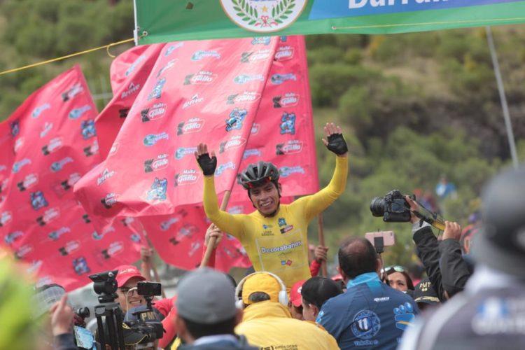 Ajpacajá fue levantado en hombros al ganar la octava etapa. (Foto Prensa Libre: Norvin Mendoza).