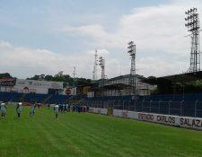 El estadio Carlos Salazar hijo deberá mejorar su iluminación. (Foto Prensa Libre: Melvin Popa)