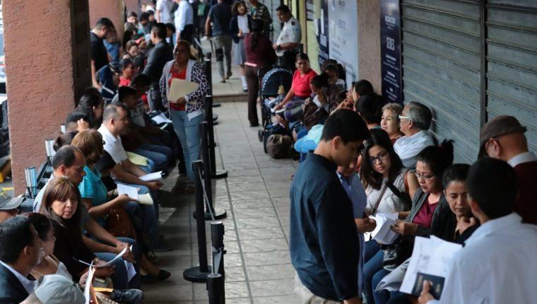 Usuarios hacen fila para tramitar su pasaporte este viernes. (Foto Prensa Libre: Álvaro Interiano).