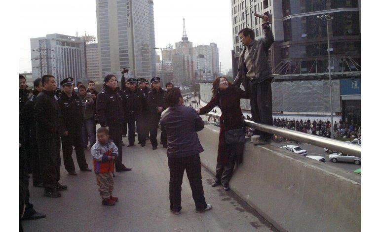Debate despertó el castigo público a ocho trabajadores chinos. (Foto Prensa Libre: www.mundomxpr.com)