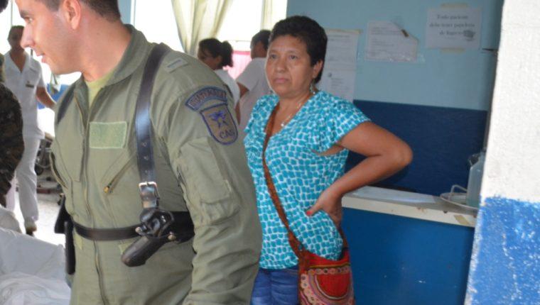 Militares trasladan al soldado Julio Ortiz, quien sufrió quemaduras en una manifestación, en Retalhuleu. (Foto Prensa Libre: Jorge Tizol)