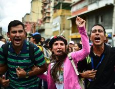 Opositores protestan a pocas cuadras del palacio presidencial en Caracas, Venezuela.