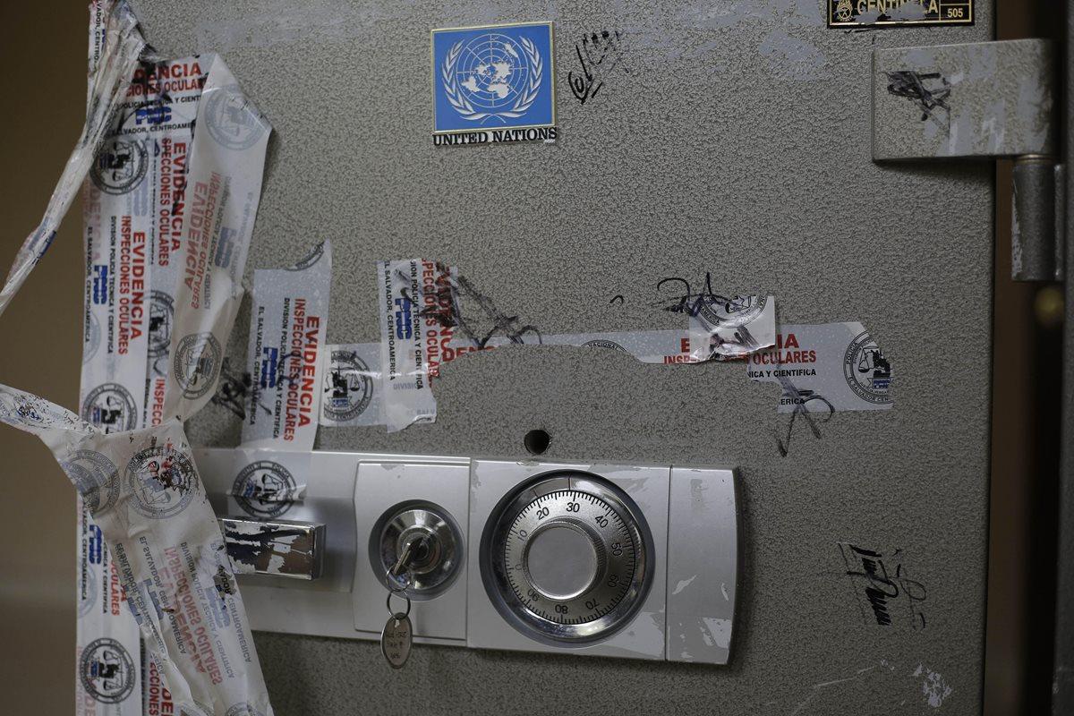 Una caja fuerte que hace parte de las evidencias incautadas en una de las propiedades de Antonio Saca. (EFE)