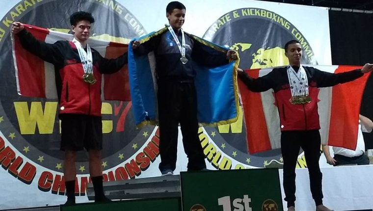 Sebastián Pereira recibe la medalla de oro y deja segundo y tercero a los seleccionados de Canadá. (Foto Prensa Libre: Cortesía)