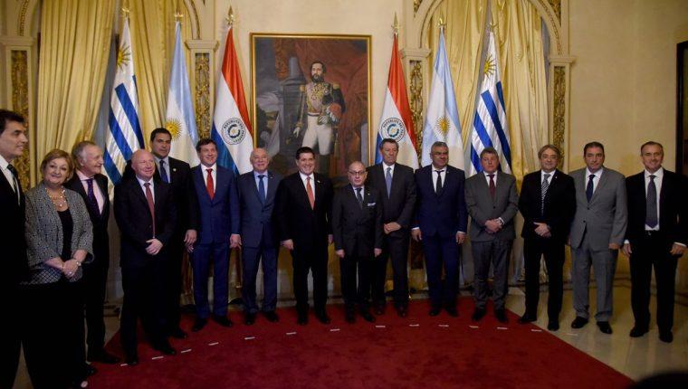 Autoridades de Argentina, Paraguay y Uruguay posan con el presidente paraguayo, Horacio Cartes (C) luego de la firma del acuerdo de cooperación para la candidatura del mundial de 2030. (Foto Prensa Libre: AFP)