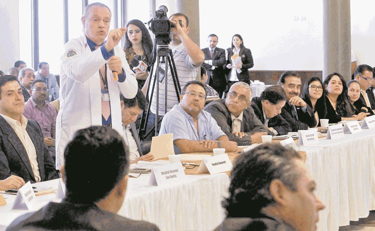 El director del Hospital Roosevelt, Carlos Soto, expone los problemas que afronta esa institución por la deuda, lo que afecta el abastecimiento.(Foto Prensa Libre: Estuardo Paredes)