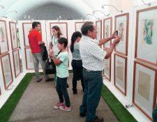 Familias admiran y retratan las piezas de la colección Cielos Lumínicos, de Carlos Mérida. (Foto Prensa Libre, Brenda Martínez)