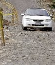 Dos hundimientos representan peligro para los automovilistas, en San Felipe, Retalhuleu. (Foto Prensa Libre: Rolando Miranda)