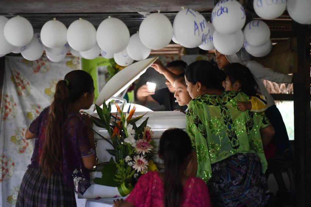 Vecinos de Jakelin Caal, observan el cuerpo de la menor dentro del féretro, donde fue transportada vía terrestre, desde Guatemala.