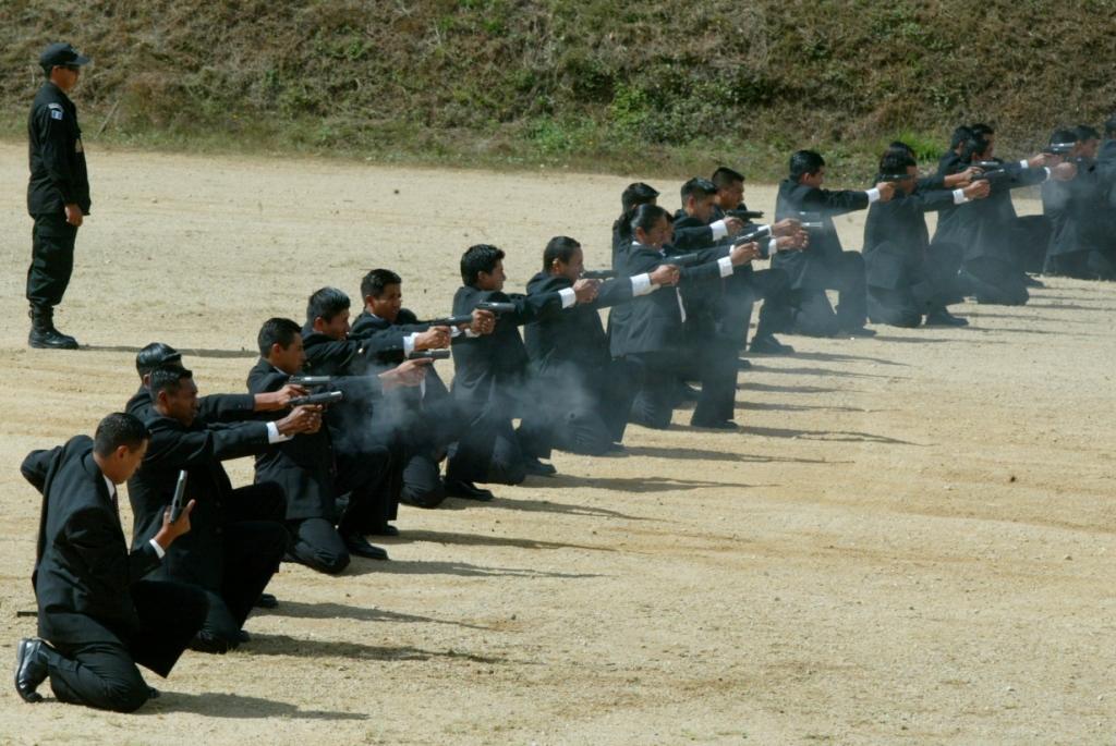 Agentes de la SAAS practican tiro en la academia de esa dependencia, como parte de su capacitación.. (Foto Prensa Libre: Hemeroteca PL)