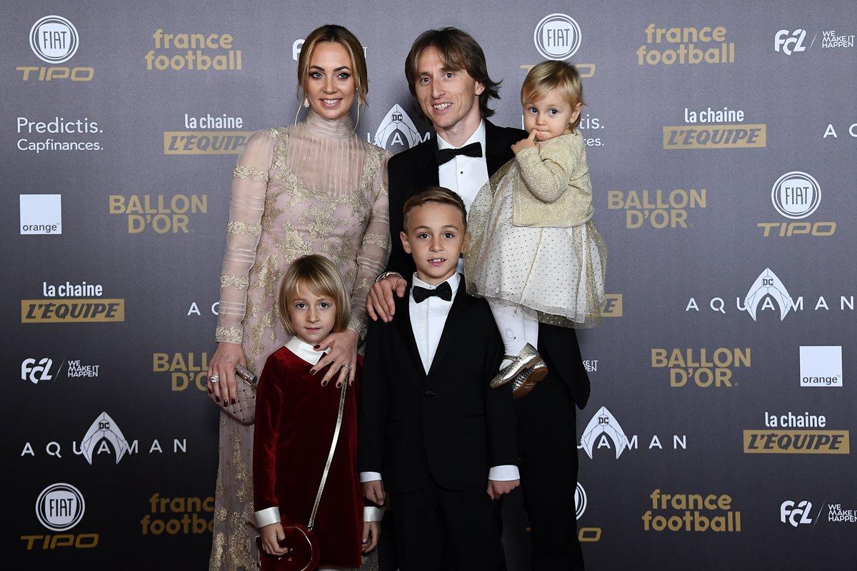 El volante del Real Madrid y de la selección de Croacia, Luka Modric, asistió a la ceremonia del Balón de Oro junto a su familia. (Foto Prensa Libre: AFP)