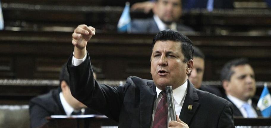 Diputado Estuardo Ernesto Galdámez en la sesión en donde votan para dar marcha atrás a las reformas al Código Penal. (Foto: Prensa Libre: Carlos Hernández Ovalle)