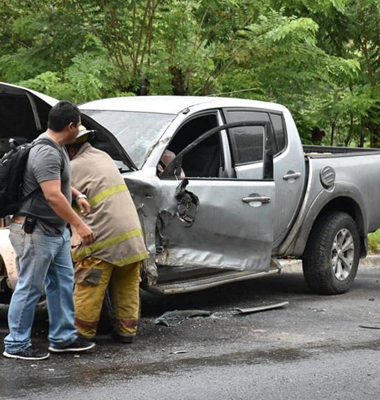 Un picop también estuvo involucrado en el accidente en la cuesta de El Manacal, kilómetro 193 de la ruta al Atlántico, Los Amates, Izabal. (Foto Prensa Libre: Dony Stewart)