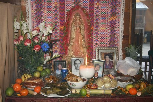En el altart la comida ofrecida es para conmemorar a los difuntos. (Foto Prensa Libre: A. Tax)