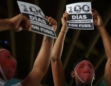 Estudiantes enmascarados participan en una vigilia para conmemorar los 100 días de protestas contra el gobierno de Ortega. (AFP)