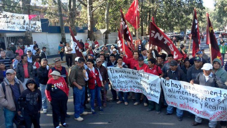 Integrantes del Sindicato Nacional de Trabajadores de Salud hacen una manifestación frente a la cartera. (Foto Prensa Libre: Hemeroteca PL)