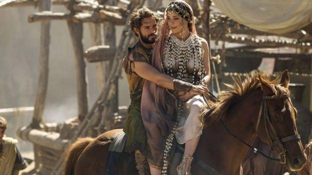 """Helena y Paris, según la versión de la serie de televisión """"Troya, la caída de una ciudad"""", producida por la BBC y Netflix. (BBC/WILD MERCURY)"""