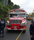 La unidad de transporte quedó a un costado de la carretera. (Foto Prensa Libre: Érick Ávila)