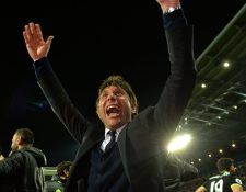 Antonio Conte, técnico italiano del Chelsea, celebra el título de los blues después de la victoria sobre el Albion. (Foto Prensa Libre: AFP)