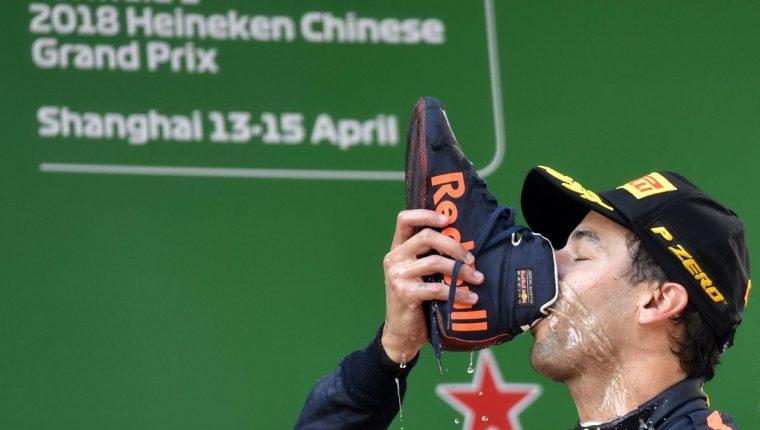 Daniel Ricciardo festejó en el podio tomando champán en su zapato. (Foto Prensa Libre: EFE)