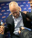 Sandy Alderson recibe apoyo de los reporteros para ponerse en pie luego de sufrir un desmayo. (Foto Prensa Libre: AP)
