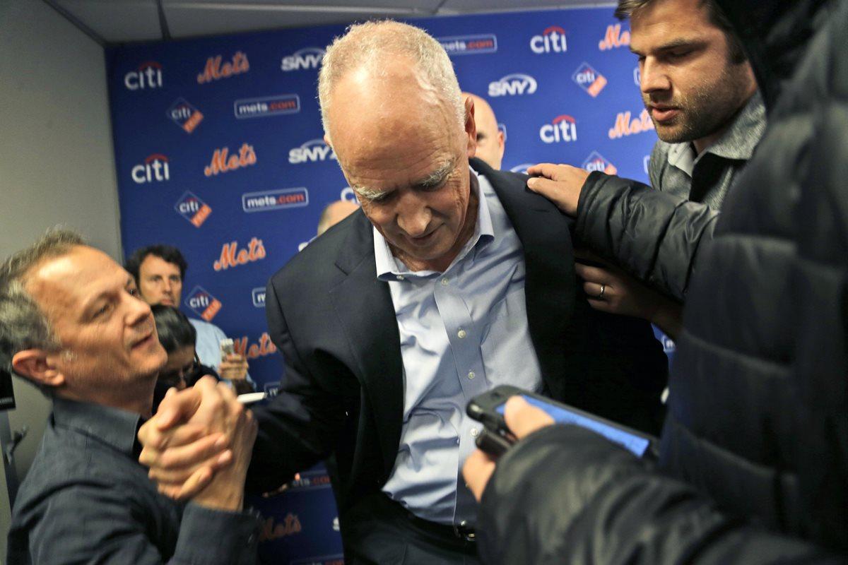 El gerente general de los Mets se desmaya en mitad de una rueda de prensa