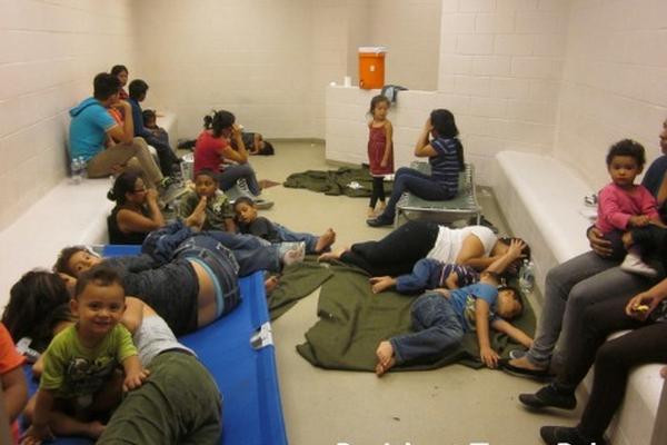 Varios migrantes viven en condiciones inhumanas y hacinados; niños y adultos, entre los cuales hay guatemaltecos. (Foto Prensa Libre: con permiso de Breitbart Texas).