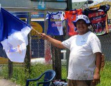 Las ventas de camisolas y banderas de Suchitepéquez se mantienen a la disposición para los aficionados. (Foto Prensa Libre: Omar Méndez)