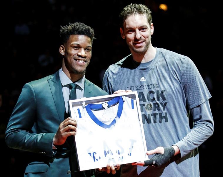 El jugador lesionado de Bulls Jimmy Butler y el central Pau Gasol posan con una camiseta del Juego de las Estrellas de 2016. (Foto Prensa Libre: EFE)