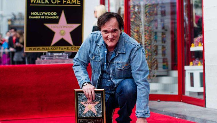 Quentin Tarantino posa con su estrella en el Paseo de la Fama de Hollywood. (Foto Prensa Libre: AFP)