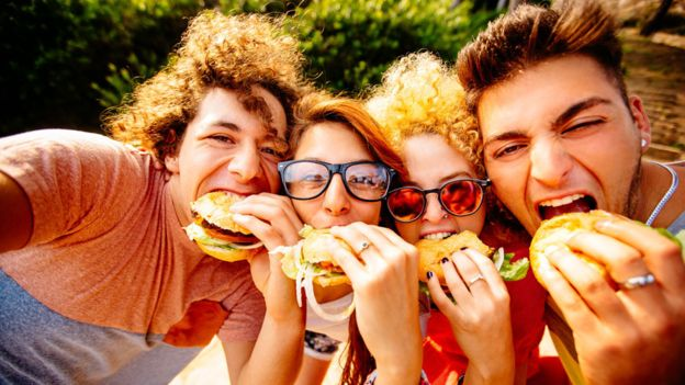 """La comida llena de sal, azúcar y grasas genera una """"sinfonía de sabores"""" en tu boca. (GETTY IMAGES)"""