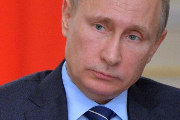 El presidente ruso, Vladimir Putin, escucha durante una reunión con los  miembros de Gobierno. (Foto Prensa  Libre: AFP)